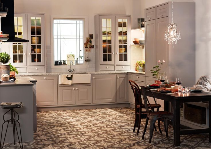 Marbodal Lindö ljusgrå i PLUS-utförande. Lantligt kök med fina detaljer som bänkstående vitriner med spröjs och stor porslinsho.
