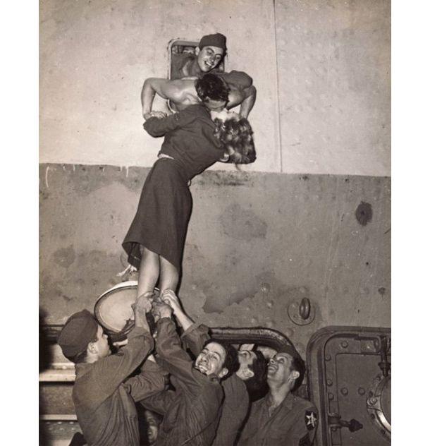 最後の最後まで恋人と離れたくない気持ちが伝わる、兵士と恋人のキス写真の紹介。
