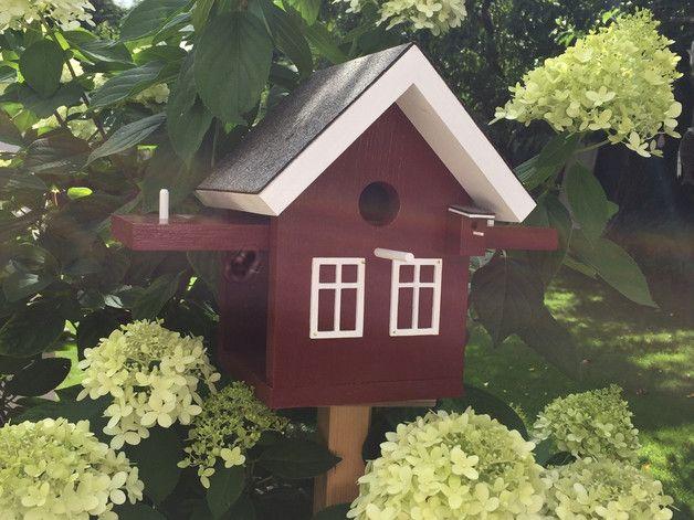 """Meisen-Nistkasten in einem sehr schönen schweden-rot (Original-Farbe """"Korsbär""""), die wir aus  Schweden mitgebracht haben.   Eine schöne kleine Vogelvilla, die vom Design her so sehr an Schweden..."""