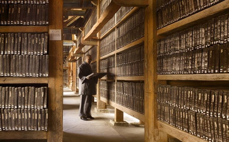 La Tripitaka Coreana es la colección más completa de textos budistas, grabada en 80.000 bloques de madera. Está situada en el Haeinsa, un templo budista construido en el año 802 en Corea del Sur.