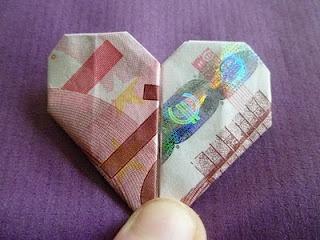 bij een bruiloft wordt toch vaak geld gevraagd als cadeautje... Wat past daar nou meer bij dan een hartje?