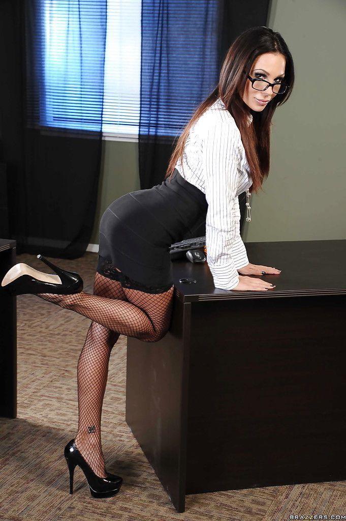 начальница брюнетка черное платье склад характера
