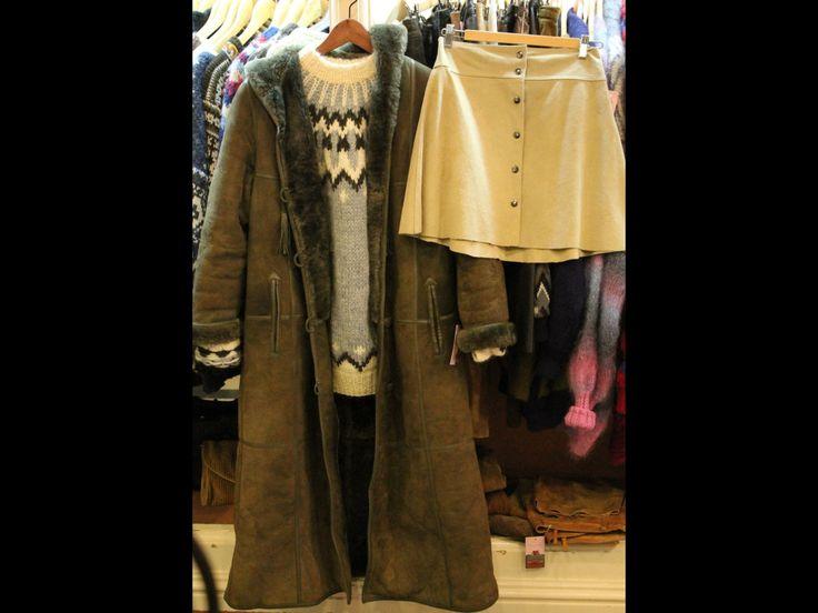 Falda camel, jersey calentito, abrigo de piel vuelta
