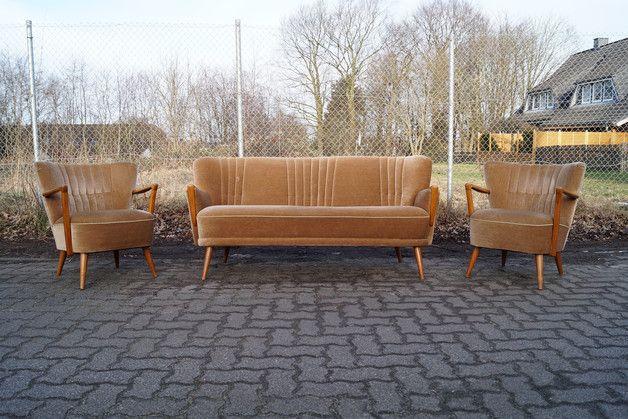 **50er Jahre Sessel + Sofa in Kupferfarbe** Zum Verkauf steht eine bequeme Sitzgarnitur bestehend aus zwei Sesseln und einem Sofa, die Möbel stammen aus den 50er Jahren. Die Armlehnen sind mit...