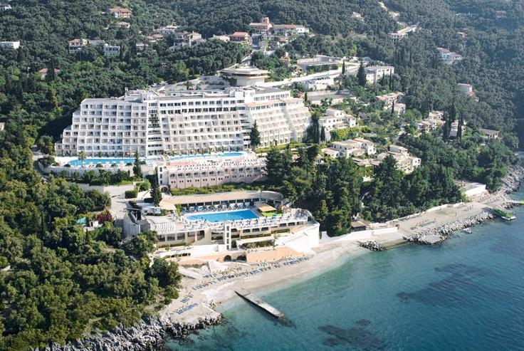 Hotel Sunshine Corfu & Spa is direct gelegen aan het strand en op ca. 200 meter bevinden zich enkele restaurants, bars en winkels voor een gezellige dag en avond. Het centrum van Nissaki vindt u op ca. 500 meter. In de mooie tuin liggen 2 zwembaden, waarvan 1 relaxpool. Er is een zonneterras met ligbedden, parasols en badhanddoekservice (borg).   In het buffetrestaurant kunt u genieten van zowel warme als koude gerechten. Officiële categorie A