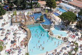 3. Le Vieux Port heeft een spectaculair zwemparadijs, met buiten- en binnenzwembaden, glijbanen, een jacuzzi, een golfslagbad en een apart kinderbad. En vlakbij een duik in zee nemen kan ook! http://www.canvasholidays.nl/frankrijk/zuid-west-frankrijk/py04k/camping-le-vieux-port