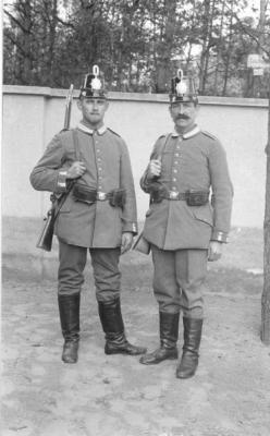 La tenue Mle 07/10 est très élégante. Les boutons frappés de la couronne (sauf pour la Bavière qui lui préfére le lion) et les parements de manche sont visibles. Le ceinturon ferme par une jolie boucle de ceinturon ornée généralement d'une couronne et d'une devise (sauf pour les Hessois) en fonction de la région de provenance de l'unité. Les bottes sont du modèle de 1866. Deux Aérostiers du 2ème Bataillon posent en 1914.