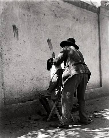 Manuel Alvarez Bravo - El Peluquero (the barber) Mexico 1924