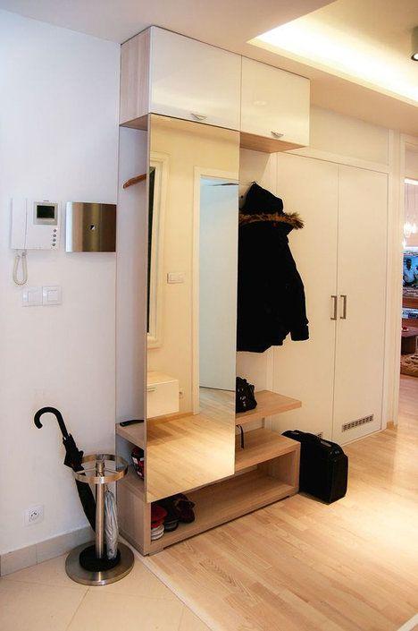Příklad ze života: Za zrcadlem se ukrývá šatní tyč na několik ramínek, vedle na otevřené zástěně jsou umístěné háčky; Toto studio