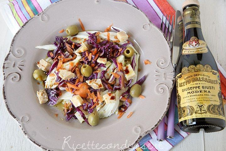 Insalata mista con finocchi, cavolo cappuccio viola, carote, formaggio Occelli in foglie di castagno e aceto balsamico