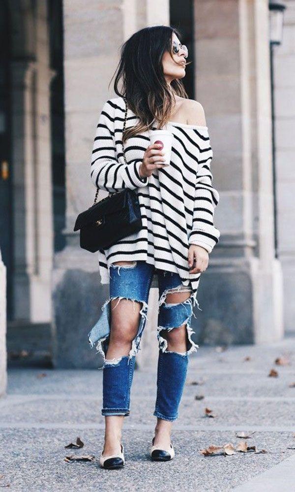 calça jeans destroyed, tricot listrado e sapatilha bicolor