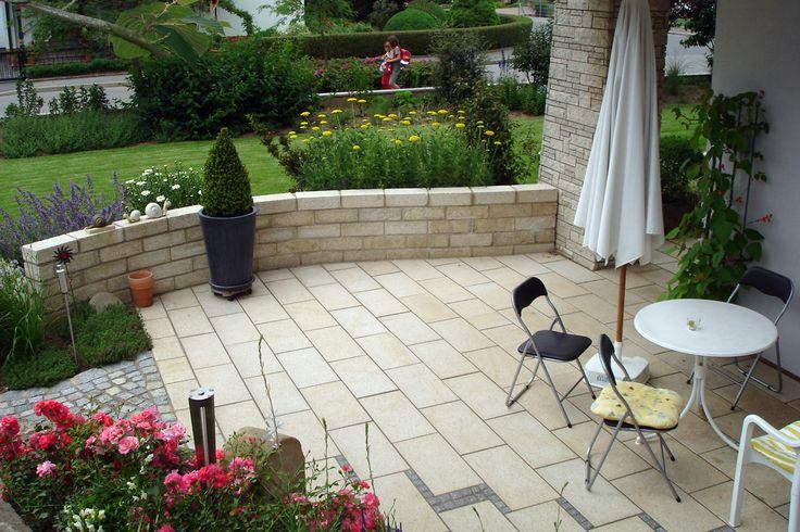 terrasse mit mauer und gr n haus. Black Bedroom Furniture Sets. Home Design Ideas