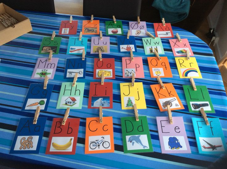 Alfabetet med store og små bogstaver og billeder - skal hænges op på en snor med klemmer med bogstaver.