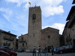 Plaza Mayor de Santa Pau (Girona) La Plaza Mayor, es un interesantísimo recinto de la villa vieja, con una fisonomía y unas características medievales muy marcadas. Plaza Mayor o Firal dels Bous: una plaza porticada de perfil irregular y arcos desiguales,