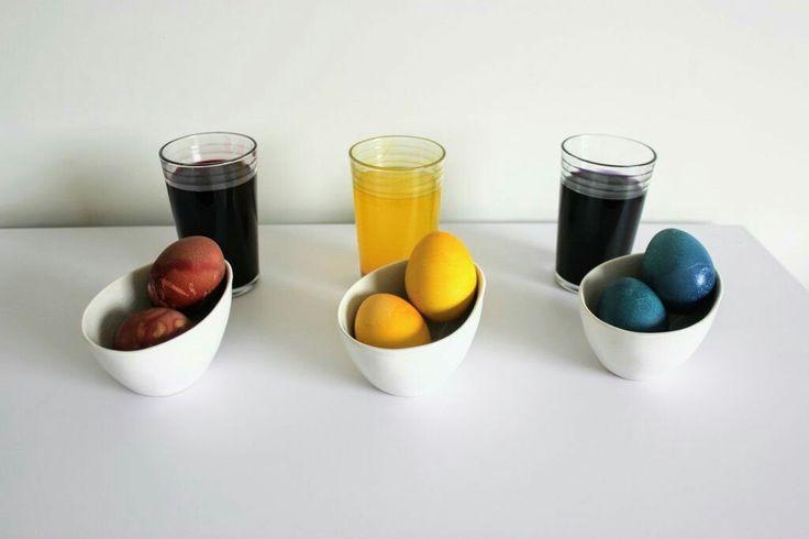 Eieren natuurlijk verven met ingrediënten uit je keuken. Dyed eggs naturally. Www.mamanaturelli.be