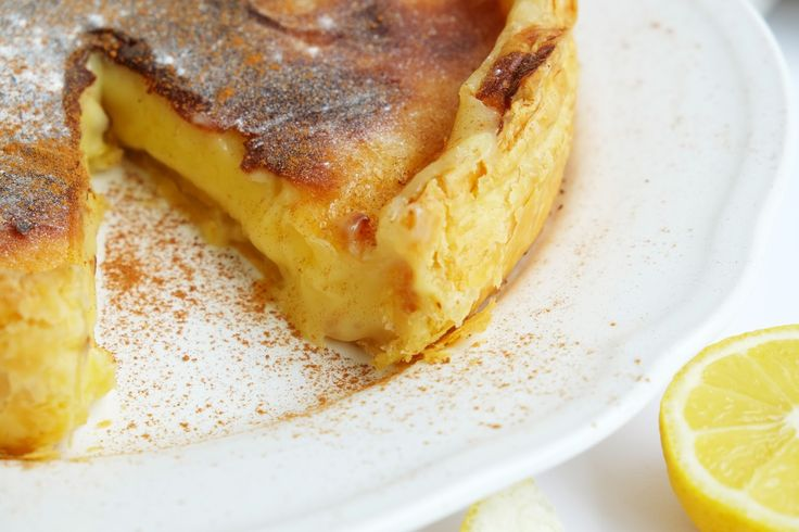 Pasteis de Nata zijn een van de meest lekkere en bekendste gebakjes van Portugal. Dit recept heb ik gemaakt in plaats van een taart. Super makkelijk en lekker voor een feest of verjaardag. Als jij deze taart proeft, ben je heel verrast met de smaak. Roomtaart  Deze taart kun je zowel, warm als koud eten. Tip: Serveer met extra kaneelpoeder boven op.