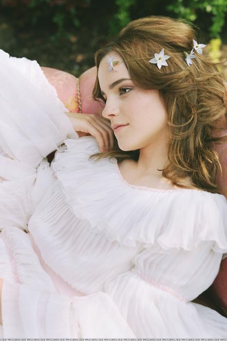Emma Watson as Ciel Sandrine Mott. Strega dedita alla Magia Bianca. Figlia di Enid Grace Kingstone e Wilfred George Mott.