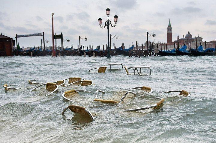 Italia, bellezza sott'acqua.  (I talenti di questo paese che cambia: sedie e tavolini galleggiano a Venezia, in Piazza San Marco, 11 novembre 2012)  Ph. Marco Secchi