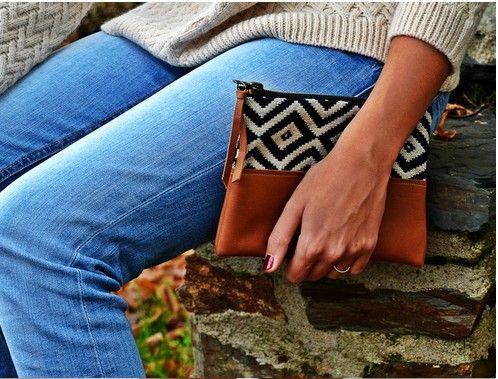 Un gros pull irlandais à maille, un jean clair et une pochette en cuir à tissu ethnique . Le bon match pour l'automne-hiver !   Modèle pochette : Léonie