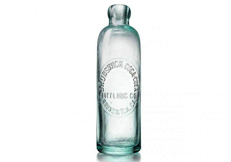Botol Coca Cola kuno 1899masih belum menggunakan variasi berwarna merah. Menggunakan stopper berkait kait darilogam dan tutup dari bahan sejenis gabus.
