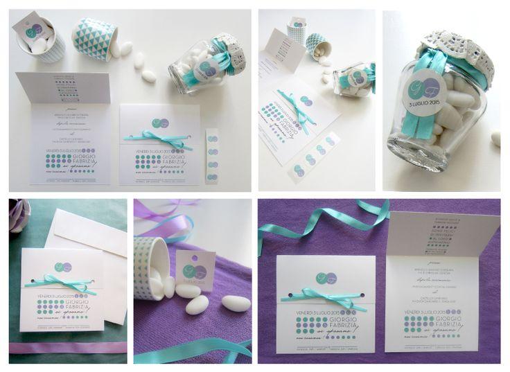 Coordinato nozze in stile moderno geometrico azzurro & lilla. Partecipazioni a mezza finestra con nastrino, biglietti bomboniera quadrati e adesivi bomboniera personalizzati