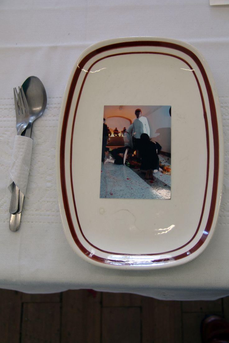 Registro de la instalación-performance La muerte ronda por todas  partes, Fernando Pertuz, 2009. Apropiación-instalación del Grupo  Okan. Fotografía: Adrián Gómez. BAJO LOS VESTIGIOS DE UN CUERPO: CULTURA, DISCURSO Y ACONTECIMIENTO Autor: Eugénia Vilela http://revistas.udistrital.edu.co/ojs/index.php/c14/article/view/1212