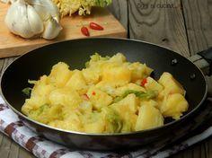 Patate e verza con peperoncino, sono un contorno davvero gustoso e stuzzicante da servire caldo.