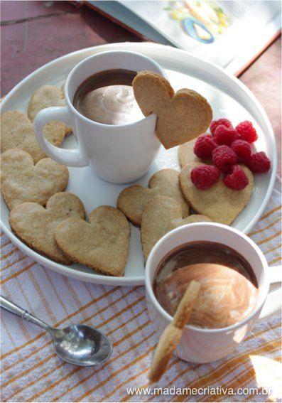 Receita gostosa com uma apresentação linda! Quem não gostaria de um bom chocolate quente com um biscoitos em forma de coração na borda da caneca ou da xícara? Eu não resisto! E a hora que...