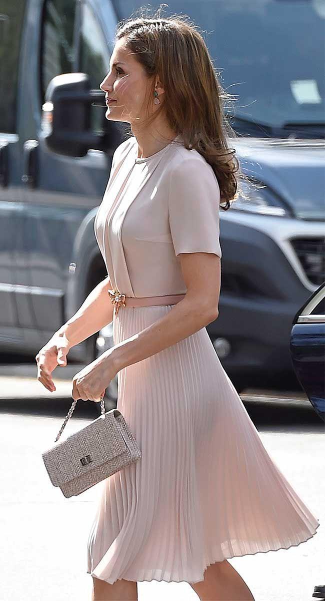La Reina Letizia acude al pleno anual con la Real Academia Española con un look suave y romántico gracias a un nuevo vestido de Hugo Boss, de 225 euros.