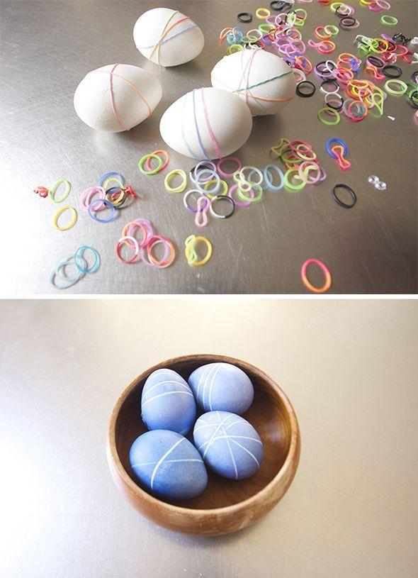 Klassisch gefärbte Ostereier waren gestern! Heute macht man mehr als die Eier in die Farbe zu dippen: du kannst zum Beispiel vorher kleine Gummibänder um die Eier legen, um diese schöne Streifen-Optik zu erhalten.