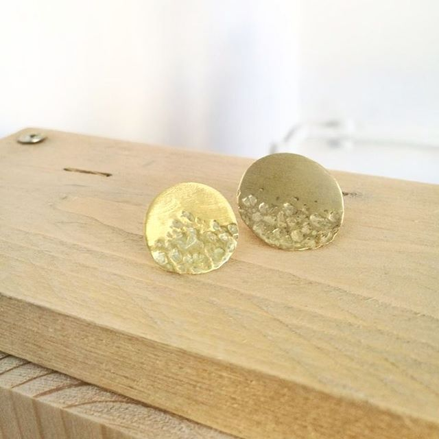 Pendientes Ediac. Realizados en latón y con acabado martillado. Ya disponibles en nuestra tienda online. Link en Bio. Envíos gratis!! ⭐ Ediac earrings. Made brass, with hammered finish. Available at our online store. Link in bio. FREE SHIPPING .  #madrid #earrings #pendientes #newcollection #girl #model  #photography  #joyeria #joyeriacontemporanea #collar #photoshoot #handmade #hechoamano #brass #asymetrical #circle #circulo