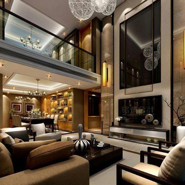 Sala com pé direito duplo sofá e poltronas guarda corpo mesa de centro preto