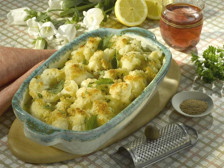 Dieser vegetarische Blumenkohl-Auflauf glänzt besonders durch seine knusprige Kruste aus Semmelbröseln.