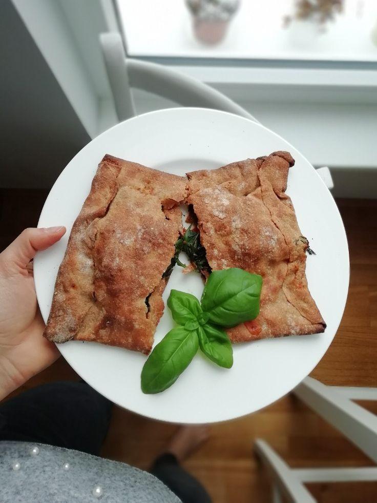 Pizzatime! Schon mal Pizza mit Paprikasauce gemacht? Ich kann euch sagen: Schmeckt soooo gut!