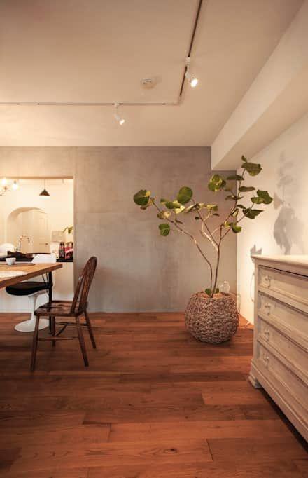 raffine —築30年、100m²の団地で手に入れた至福: 株式会社ブルースタジオが手掛けたリビングです。
