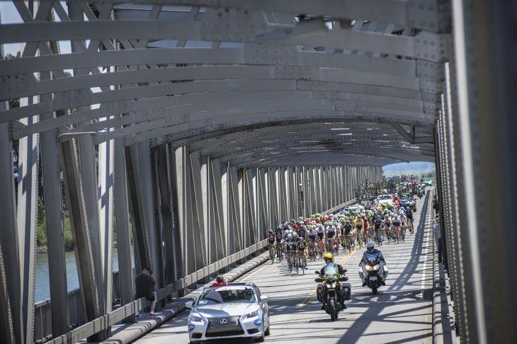 サクラメント川に架かる鉄橋を渡る