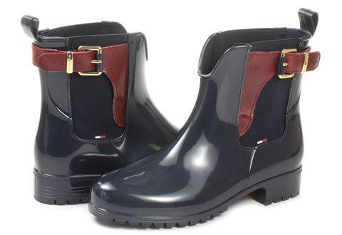Vydajte sa do upršaných, chladných ulíc vo veľkom štýle v týchto elegantných čižmách značky Tommy Hilfiger! Model je vyrobený z kože, kombinovaný s gumou a v čiernom prevedení.