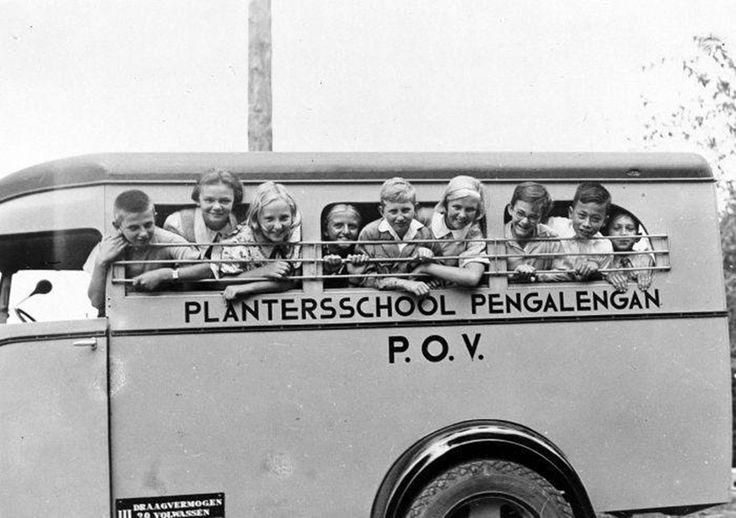 children ruler Pangalengan plantationsZO GINGEN WE IEDERE DAG VANAF SANTOSA NAAR DE SCHOOL IN PENGALENGAN