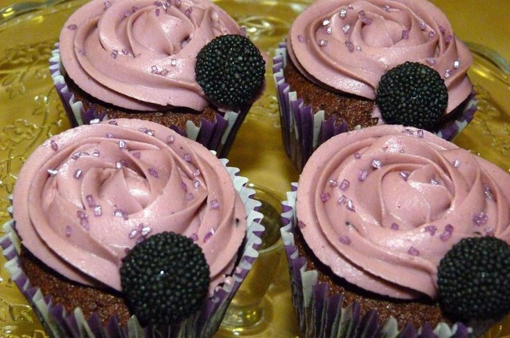 Cupcakes veganos de chocolate y frambuesa. Un postre delicioso, muy fácil de hacer y con un resultado exquisito.