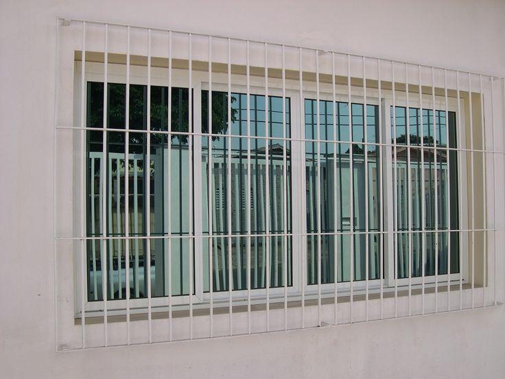 Grades para janelas tradicional As grades para janelas estão cada vez mais presentes nas casas e apartamentos de cidades como São Paulo, por exemplo. A função das grades para janelas é a proteção, tanto de perigos internos quanto os externos, mas ela pode ser uma decoração externa. Quando se tem crianças ou animais de estimação em casa é preciso ficar de olho para que a janela não se torne uma grande porta para acidentes. E é claro, todos queremos evitar que os ladrões invadam as residências