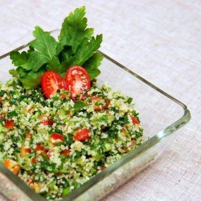 Tabbouleh - najprawdopodobniej najbardziej popularna bliskowschodnia sałatka. Podawana jako mezze, dodatek do dań głównych, samodzielne danie. Świetna propozycja dla wegetarian. Sałatka naczęściej serwowana w swej czystej postaci - z pietruszką, pomidorem, cebulką. Ale spotkacie również tabbouleh z dodatkowymi składnikami - z soczewicą, z kurczakiem, z tuńczykiem, z cieciorką, z owocem granatu. Proste wykonanie, pyszne danie, kwintesencja arabskiej kuchni.