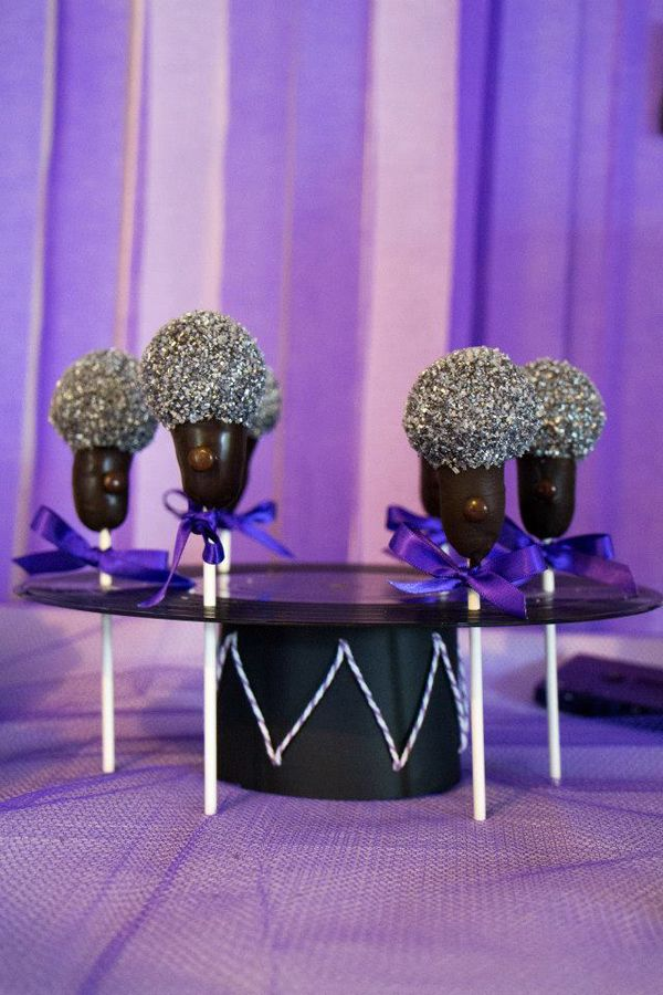 Glitzy and edible microphone cake pops for a musical birthday #music #birthday #musicalbirthday