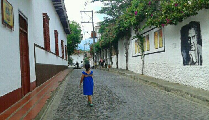 Alicia caminando en casa