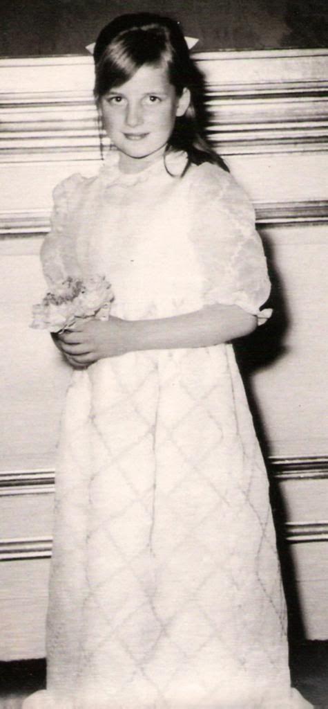 Cuando la princesa tenía siete años, su madre dejó a su familia para vivir con un amante. Su padre, Earl Spencer, con el tiempo  abrió el caso contrasu ex mujer por adulterio y solicitando la custodia de los hijos.....así Diana y sus hermanos vivieron con su padre.