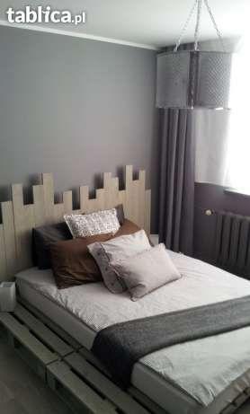 Oryginalne drewniane łóżko z palet z unikatowym zagłówkiem