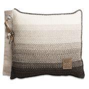 Knit Factory Mae kussen in de kleur Beige Melee. Het 'ombre' effect in combinatie met de leren hanger met kraaltjes maakt het een stoer geheel. Het kussen is beschikbaar in de maten 50x50 en 60x40. Verkrijgbaar bij REAS WoonDeco in Hoogeveen.