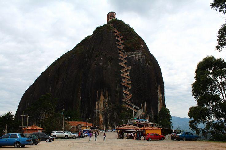 """from Guatape,Colombia.""""El Penol""""メデジンの街からバスで二時間ほどのところにグアタペという街がある。街全体がコロニアル調で、カラフルな美しい街として知られているが、その街の手前にエルペニョールの巨大岩があるということで、グアタペに行く前に立ち寄ってみた。…"""