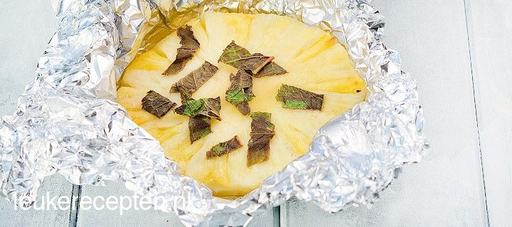 Heerlijke frisse afsluiter van de barbecue; pakketjes met verse ananas, munt en rum