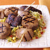 Champignons marinés au miso et grillés avec relish au maïs et aux poireaux