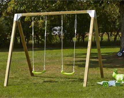 Få et klassisk gyngestativ og lad dine børn hygge sig i haven.